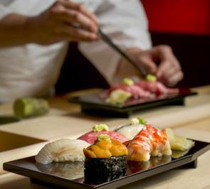 日本料理と言えば、真っ先に「寿司」を思い浮かべる中国人は多いだろう。握った米の上に刺身を乗せただけの簡単な料理だと考えている中国人は少なくないようだが、寿司はシンプルなだけに実際には極めて奥が深い料理だ。(イメージ写真提供:123RF)