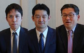 三井住友DSアセットマネジメントが設定・運用する「グローバルAIファンド(為替ヘッジあり)」がファンド オブ ザ イヤー2020で最優秀ファンド賞を受賞した。同ファンドの運用の特徴について三井住友DSアセットマネジメントのグローバルパートナー運用部シニアファンドマネージャーの田中弘幸氏(写真:右)と、実質的な運用を担っているアリアンツ・グローバル・インベスターズ・ジャパン営業本部の井村真也氏(写真:中央)と運用部の滝沢圭氏(写真:左)に聞いた。