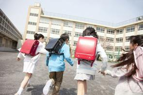 中国では貧富の格差だけでなく、教育格差についても問題になっている。農村部の小学校では、高齢の教師が、ぼろぼろの黒板の前で教えている。学校の設備や校舎も老朽化しており、きれいとは言えない。(イメージ写真提供:123RF)