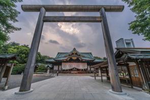 菅義偉首相が靖国神社で始まった春季例大祭に合わせて「真榊(まさかき)」を奉納したことに、中国は強く反発した。靖国神社に関して中国は何かと反対しており、なかには過激な行動を取る人もいる。(イメージ写真提供:123RF)