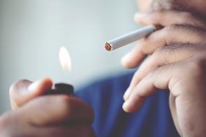 中国には「敬煙」という文化がある。相手に「たばこ」を勧める行為であり、友人同士や初対面の相手に対しても礼儀の1つとしてたばこを勧めるのが習慣となっており、喫煙大国の中国ではいたるところで喫煙する人の姿を見かける。(イメージ写真提供:123RF)