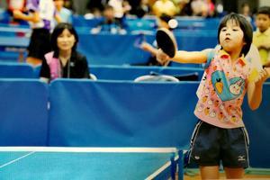 亜子さんも自らの意思で卓球に挑戦した(左後方が真理子氏)