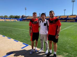 ADアルコルコンのスタジアムで、同チームのU-23の選手と記念撮影をする志村さん。