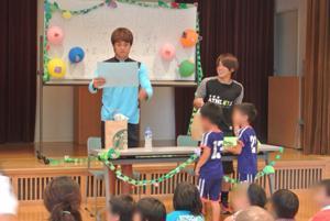 子ども達とサッカーを楽しむ梶川選手