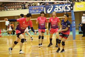試合を盛り上げる佐藤選手、中野選手、浜田選手、川﨑選手