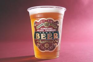 ベイスターズで好評だったオリジナルビール販売(写真上)とユニフォーム配布(写真下、2020-21年デザイン)を応用した