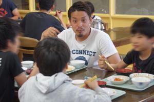 子ども達との食事の時間を楽しむ野村選手